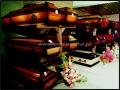 Торговый зал магазина с гробами характерной «корабельной» формы